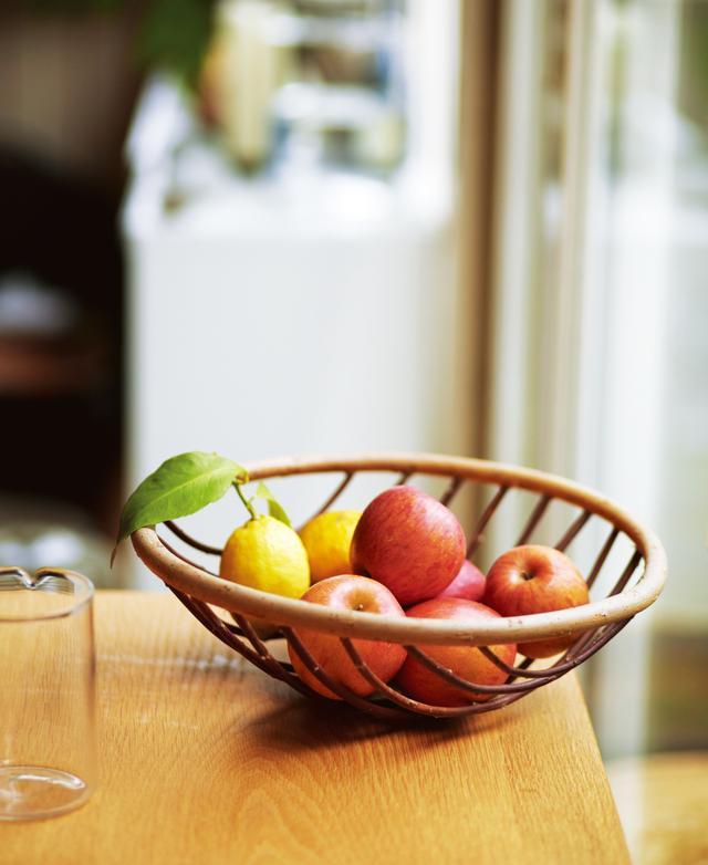 画像: 食卓でフルーツを盛るだけで絵になる フィンランドのかご職人マルク・コソネン作のかご。まるで絵に描いたような曲線の編み目が美しく、フルーツなどを盛るのにぴったり