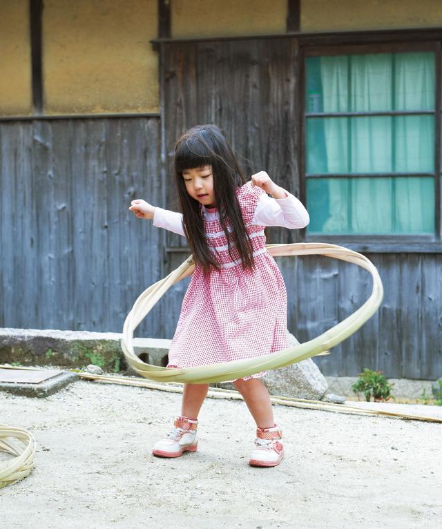 """画像: フラフープならぬ""""タガフープ""""を上手に回して歓声を浴びていたのは、山本家の末っ子、5歳の笑実ちゃん"""