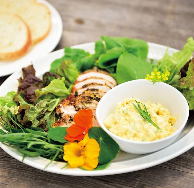 画像: ローズマリーで香りづけしたチキンは葉ものハーブとパンにはさむ