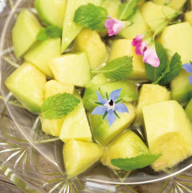 画像: メロンに自家製のミントシロップをかけて甘く爽快な味わいに