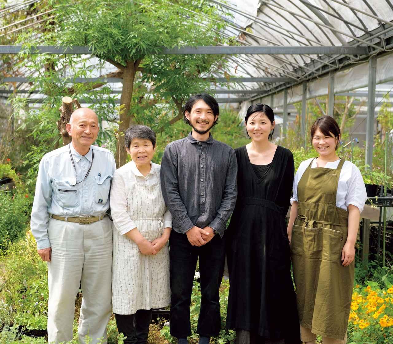 画像: 左から、父・康博さん、母・朝子さん、健太さんと妻の幸子さん、妹の裕美さんの仲よし一家