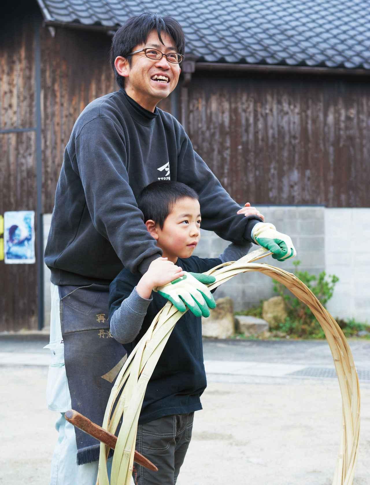 画像: 次男の康助くんと。「こいつが大人になり、孫の代になるころには、新桶がいい働きをするはず」と山本さん