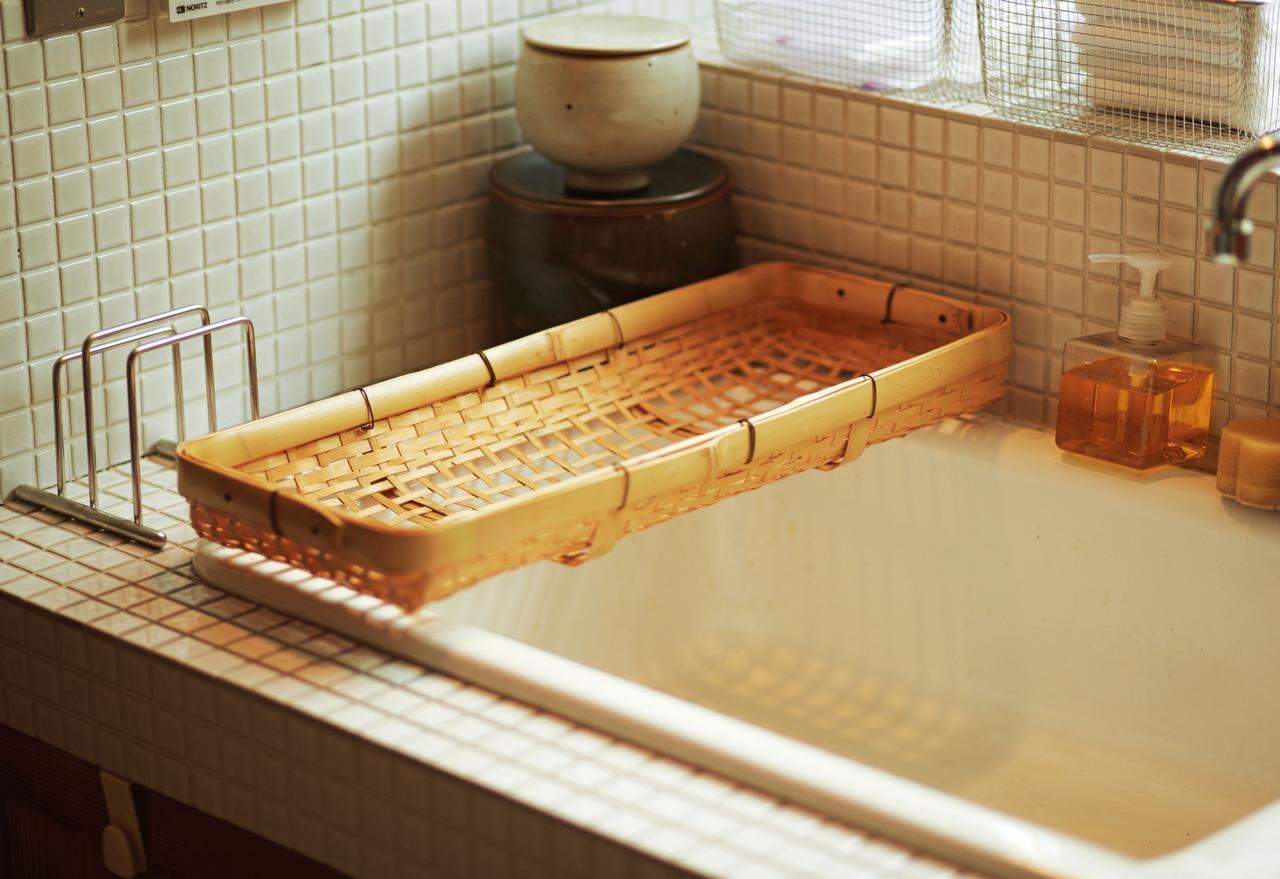 画像: たまたまぴったり、水切りかごに 偶然入ったお店で見つけた長方形の薄手のかごが、たまたまシンクの幅にぴったり。グラスや小皿などを洗って打ち上げる、水切りかごとして大活躍