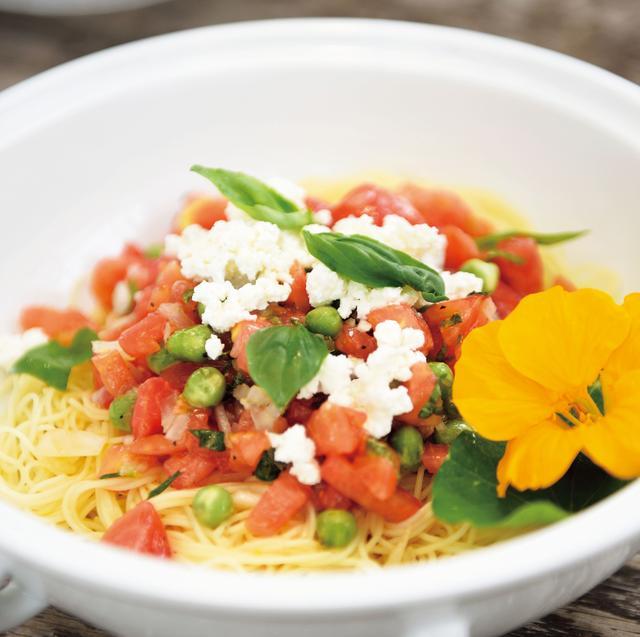 画像: バジル、トマト、グリーンピースのカッペリーニにお花を添えて