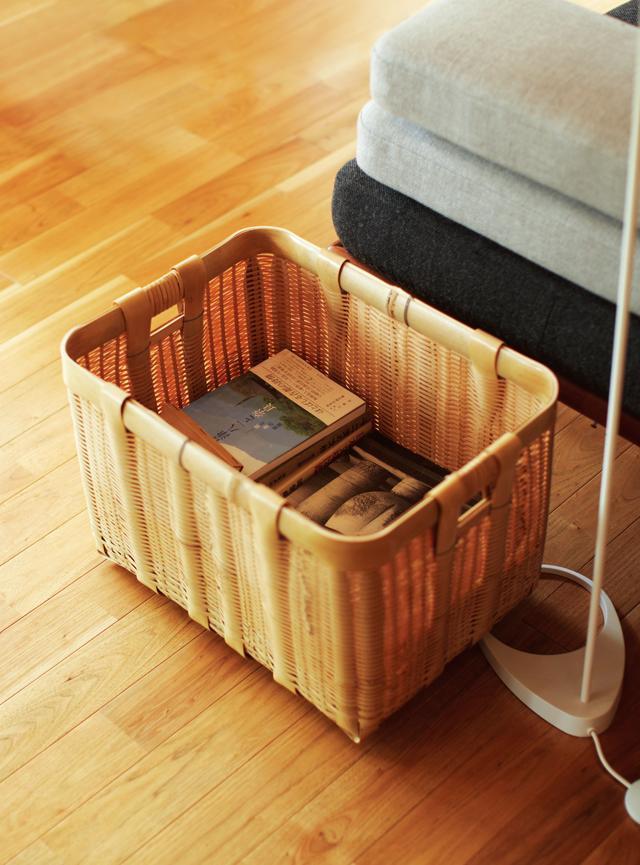 画像: 重たい洋書や書籍もたっぷり入る 岩手県でつくられている丈夫な竹かごを3サイズ購入。一番大きなものをマガジンラックに。両端に手を入れる穴があいているので運びやすい