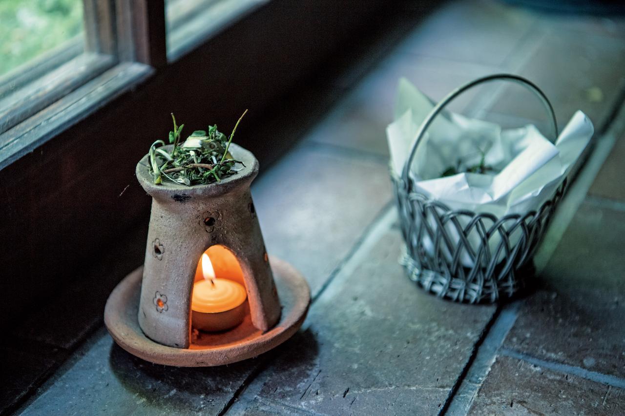 画像: 香炉では木屑、茶葉、みかんの皮なども焚く