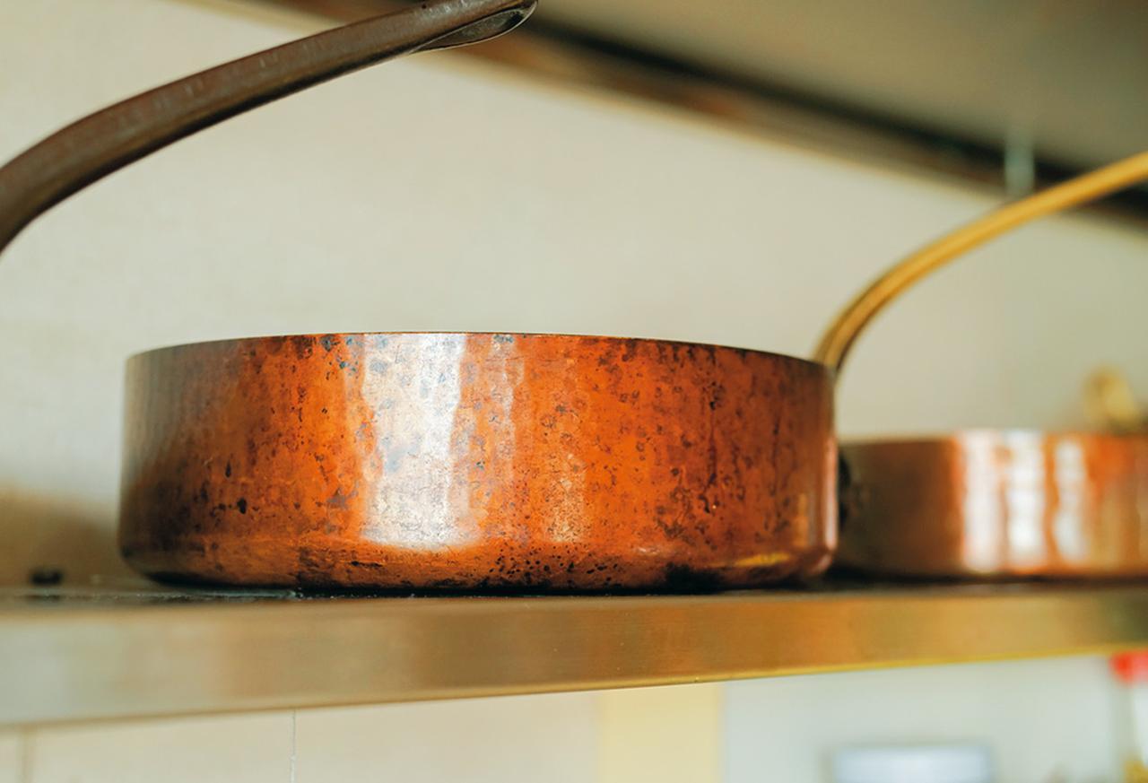 画像: 「70年ほど前に江上トミ先生からいただいた」という銅鍋。たっぷりとした厚みで、風格がある
