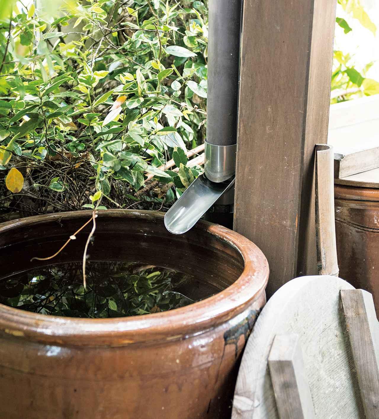 画像: 柱に伝わせた雨どいの先に注ぎ口を取り付け、雨水を誘導。金属のこ切りで、といを切ってつくったもの
