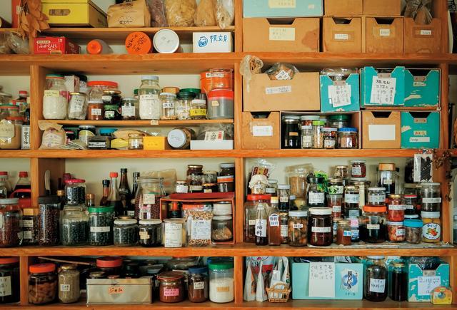 画像: 世界各地を訪れた際に入手した食材、調味料、乾物や自家製の瓶詰めなどが、所狭しと並んだ棚