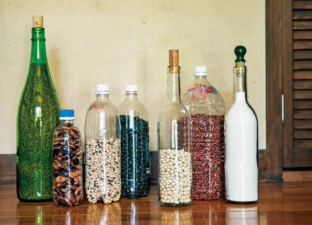 画像: 瓶の中には、地元産のごま、花豆、黒豆、小豆のほか、おだんごや柏餅づくりに欠かせない寒ざらし(白玉粉)も。子どもたちが置いていったペットボトルも利用