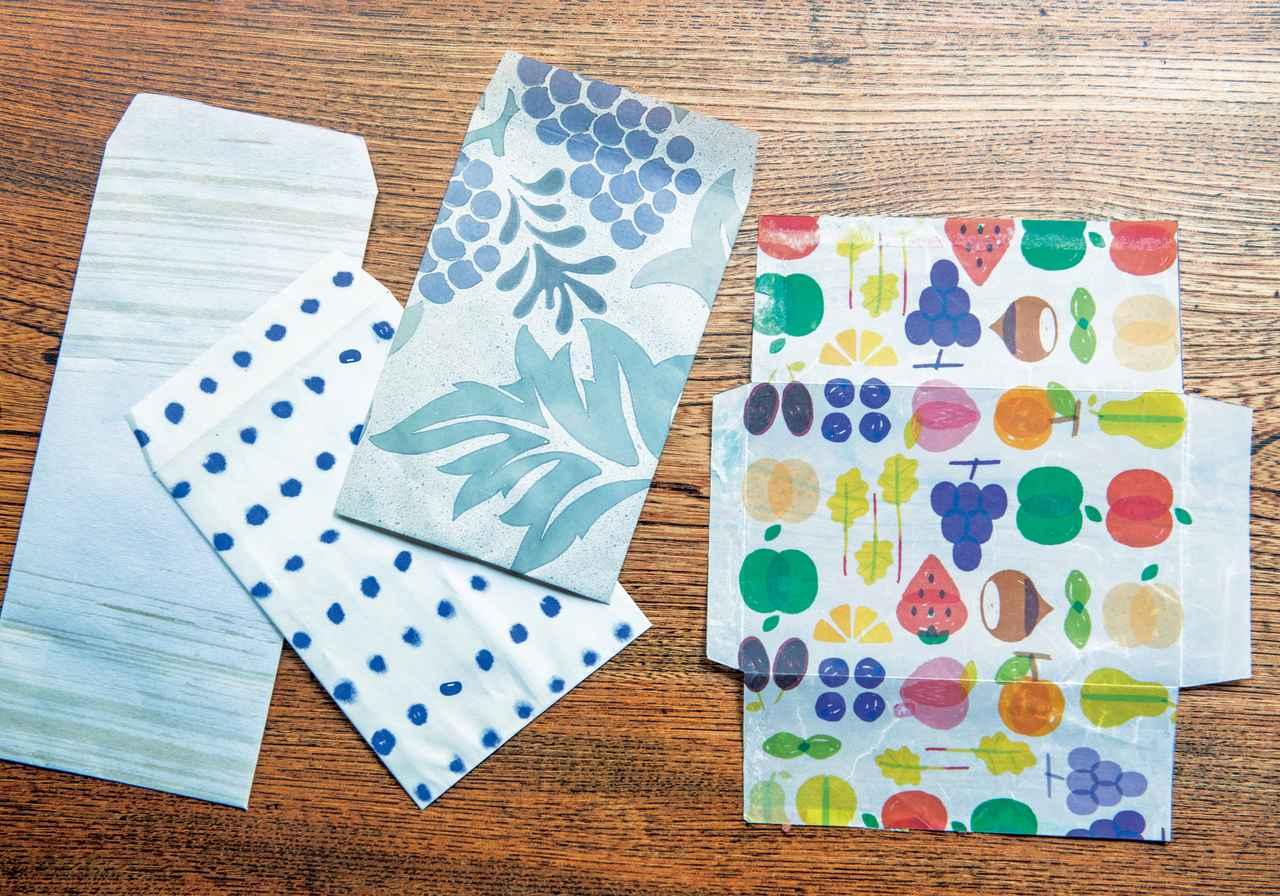 画像: お手製の封筒と型紙。お気に入りの包装紙を使ったり、和紙にみずからはけで線を描いたり