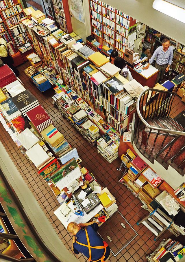 画像: 料理本の仕入れが増えた1981年、リフォームをしてレジを2カ所に。店の隅々まで見わたせるため、お客さんの様子や、本の配置も把握できるように