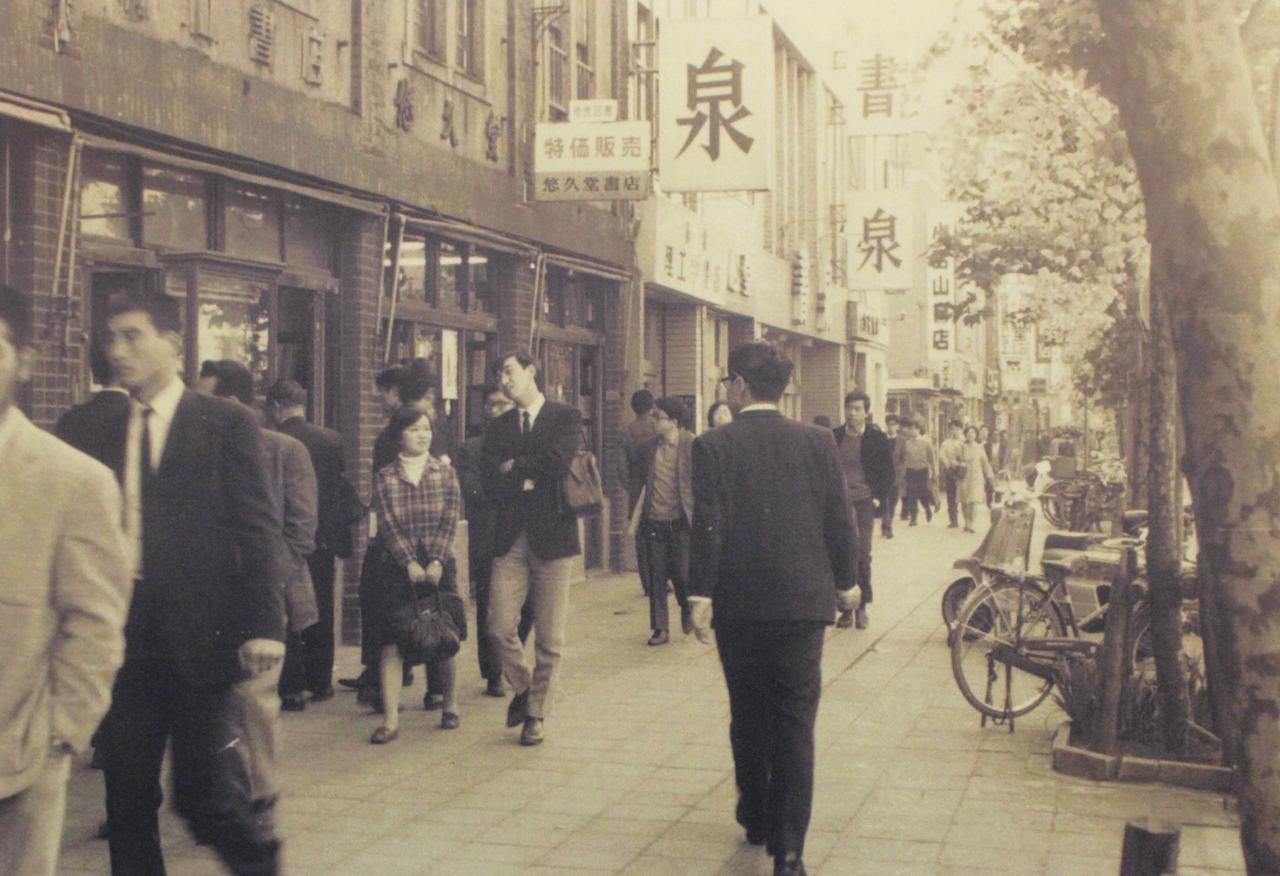 画像: 昭和3年に区画整理で現在の土地に。写真は昭和40年当時の店前の様子。その後、建物の改装を経ていまに至る ©レオ マカラズヤ
