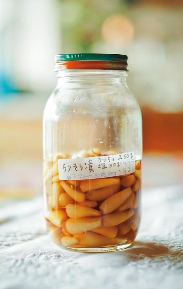 画像: 息子さんが届けてくれた自然栽培のらっきょうを桧山さんが漬けたらっきょう漬け
