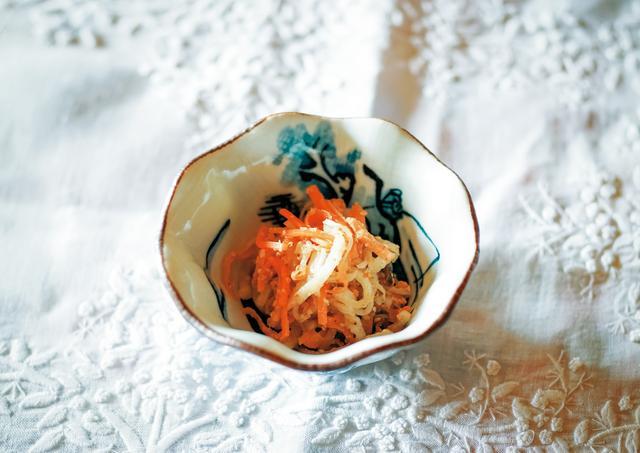 画像: にんじんと大根のごま酢あえ。ほうろくで炒ってすり鉢であたったごまとあえ、赤酒、しょうゆで調味している