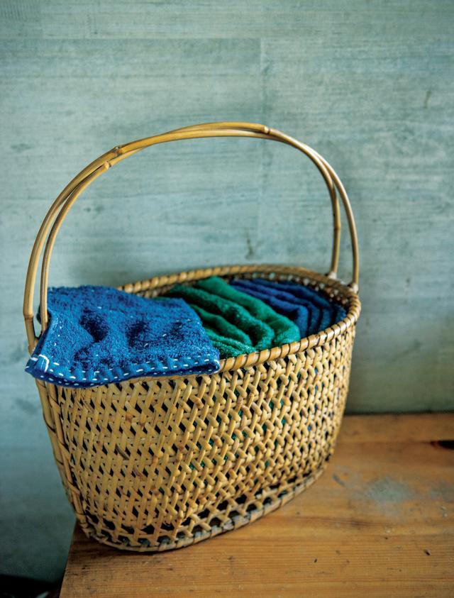 画像: 染料には「ダイロン」をよく使うそう。汚れが目立たないディープブルーやジャングルグリーンが、横山さんの定番カラー。ステッチには、刺し子用の糸を使う