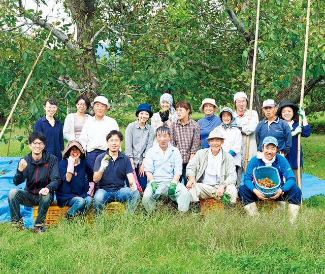 画像: 収穫後、くるみの木の前で。参加者のなかには収穫体験が3回目というベテランも