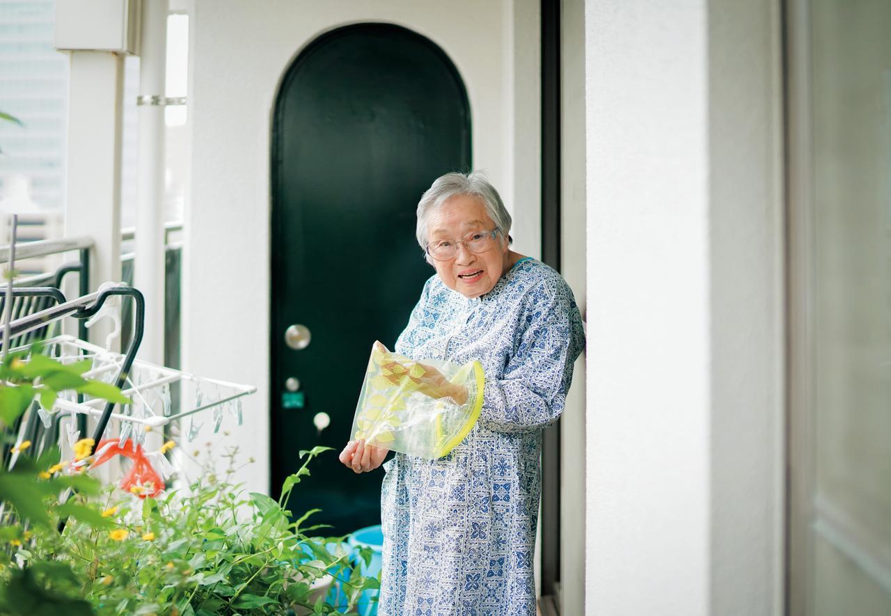 画像: 密封保存袋は何度も洗って使う。ベランダにプランターを並べて草花を植えているのは「土と緑を身近に感じていたい」から