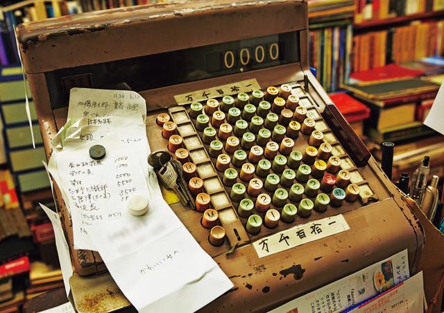 画像: レジは、50年近くも使っている代物。「アナログのほうが壊れなくて長持ちするね」と雅夫さん。電話注文のメモや、今日、食べたいもののメモなども、ここに