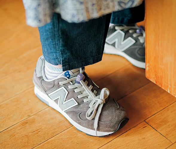 画像: 料理をするときは、いつも室内履きとして、このスニーカーを。足への負担が減り、背もちょっぴり高くなる
