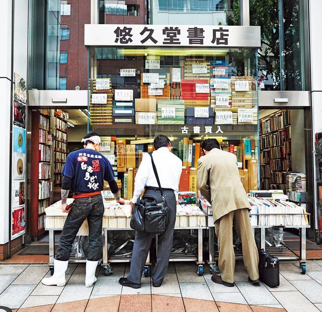 画像: 店頭のワゴンには、ビジネス書や文庫本に交じって、料理の実用書が並ぶことも