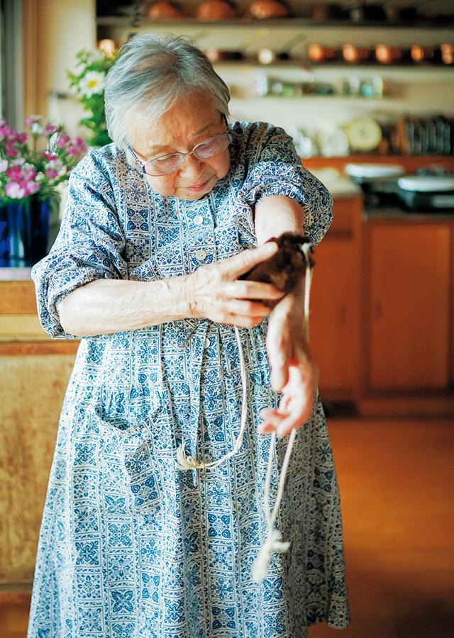 画像: 乾布摩擦には、背中もこすれるように、ひも付きのたわしを使う。痛くはなく、心地よい刺激