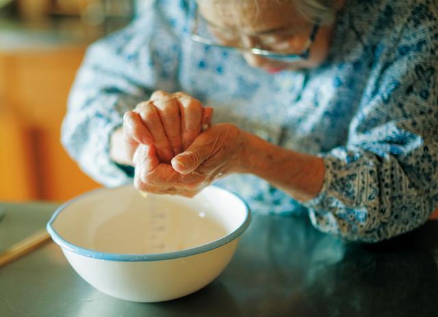 画像: あえものにする大根とにんじんを「酢洗い」(少量の酢で水っぽさを除く調理法)して、しぼる。強すぎず弱すぎず、よい加減で