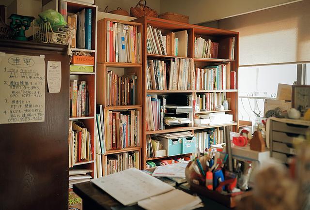 画像: 書斎には資料や本がいっぱい。疑問に思ったことはすぐに調べ、また、実際に人に会いにいって話を聞くこともある