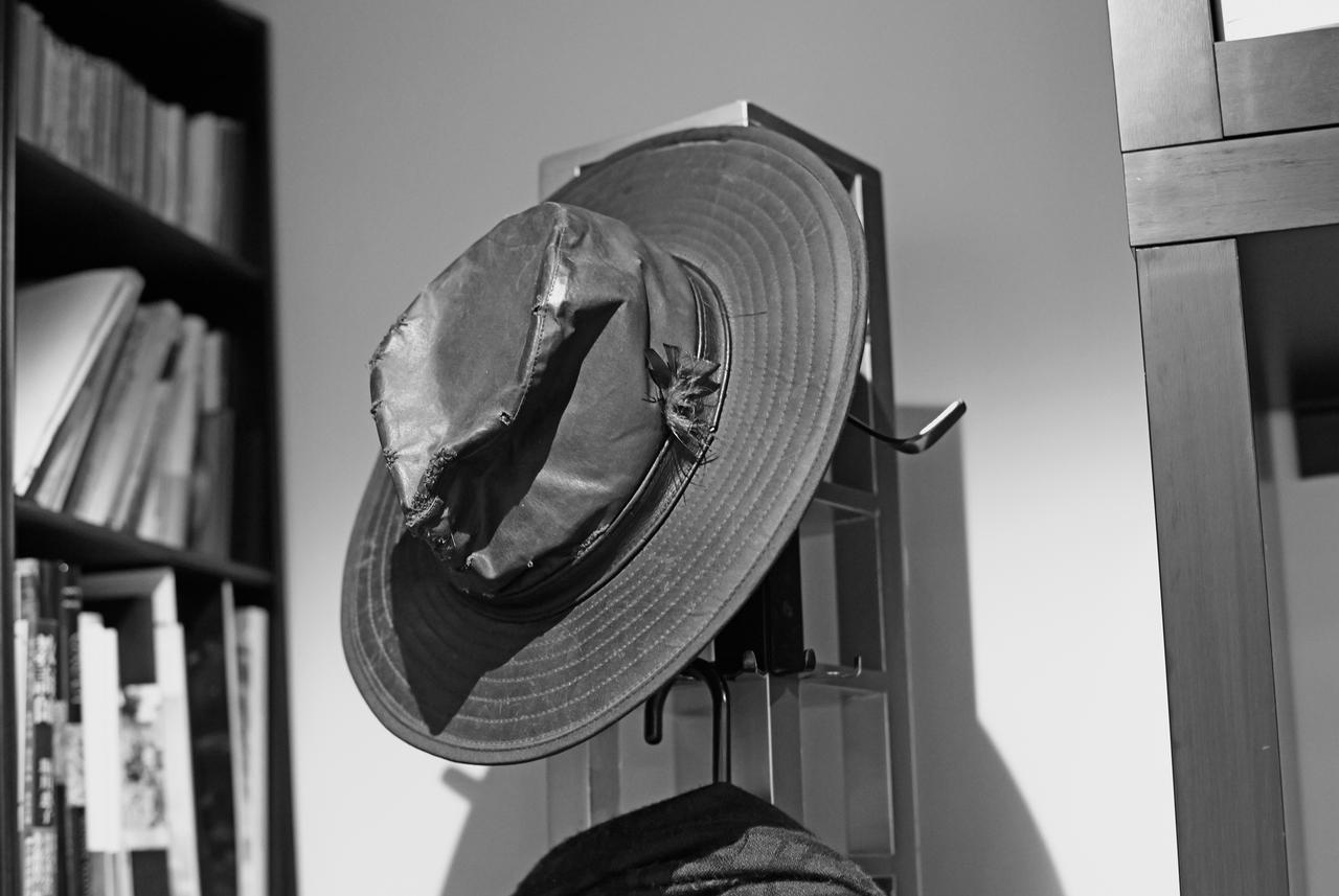 画像: 20年近く、繕いながら使いつづけている帽子。雨やみぞれに強い素材
