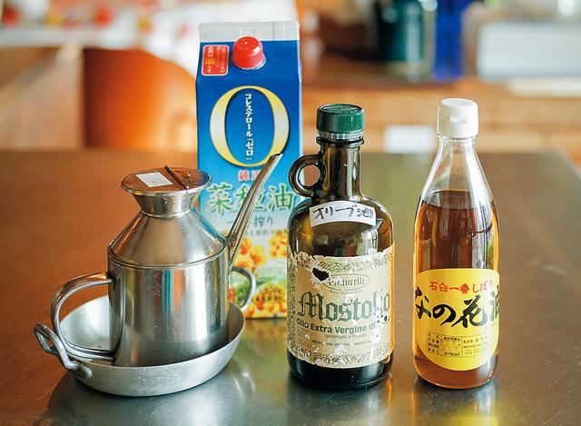 画像: 油も数種類、用意。酸化を抑えるため、あえて小さな瓶に入っているものを買う