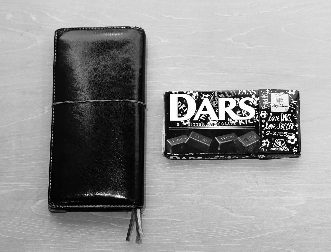 画像: いつも持ち歩いているという、手帳とチョコレート