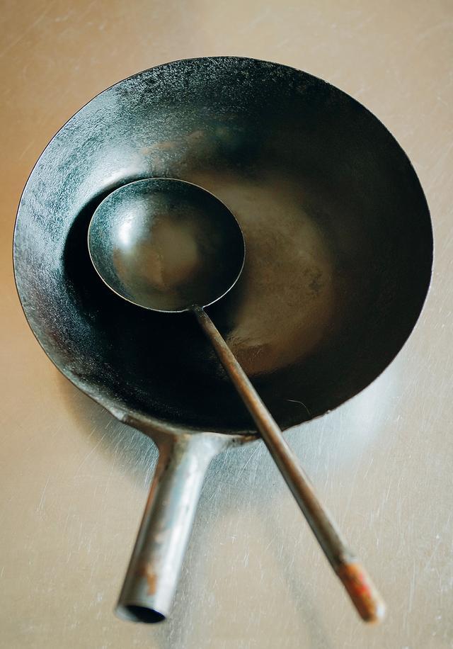 画像: 50年以上前に手に入れた、中華の片手鍋・北京鍋を愛用。使用後は洗剤を使わず、お湯で洗う