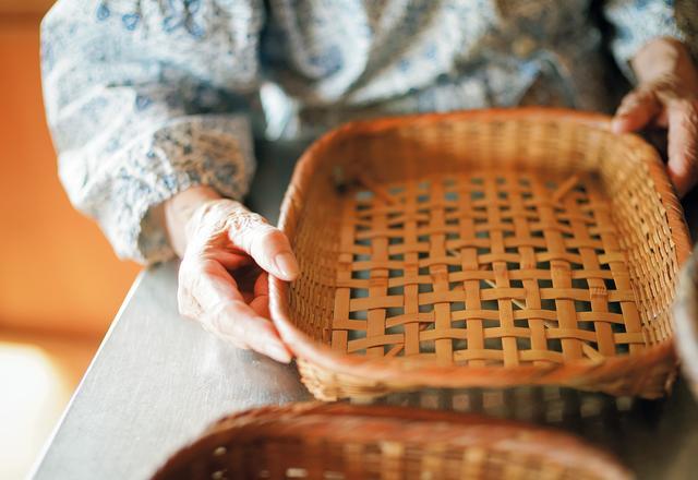 画像: 桧山さんは木や竹でつくられた日本の道具が大好き。竹ざるは湿気を取り、金ざるに比べて、はるかに水切れがよい