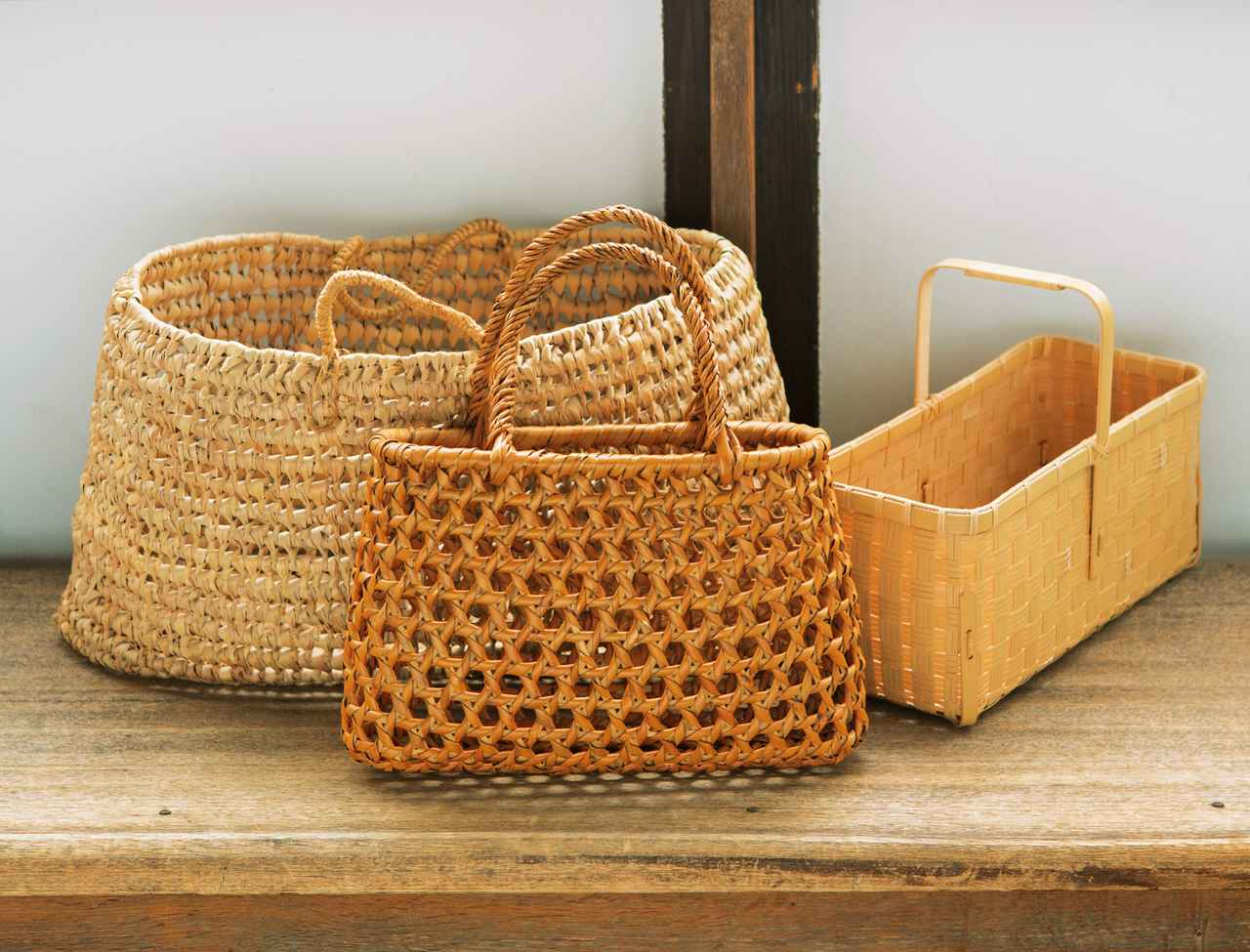 画像: 右から、長野在住の作家・吉田佳道さん作の竹素材の「遊山かご」、18年ほど前に購入した戸隠のかご、15年ほど前にモロッコ旅行で買ってきたマルシェかご。一度、気に入ったものは、長く大切に愛用しつづける