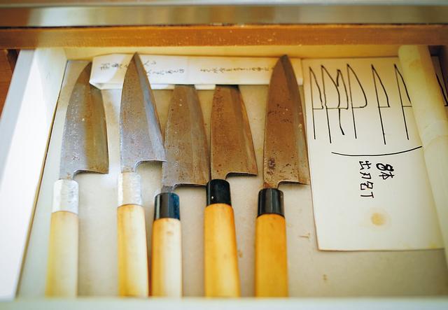 画像: 日本の伝統的な安来鋼(やすきはがね)の出刃包丁。みずから研ぎ、手入れを欠かさない。ほかに菜切り、刺し身包丁も常備