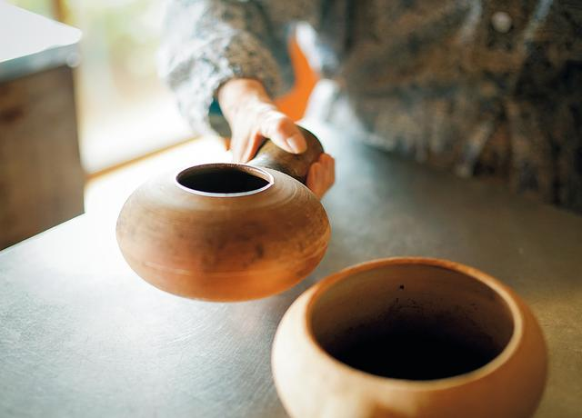 画像: ごまなどは素焼きのほうろくで炒ってから料理に使うと、香ばしさがまったく違う