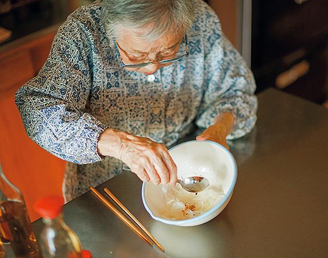 画像: 切って湯通しした玉ねぎを「しょうゆ洗い」。少量のしょうゆをかけてからほどよくしぼると、水っぽさがなくなり味がきまる