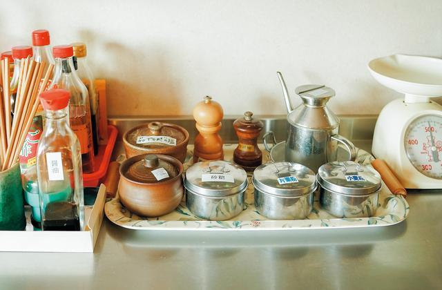 画像: 粉類や塩、砂糖は壺や缶に小分けにして置いておく。陶製の壺に入れた塩は湿気が抜け、いつでもサラリとしている