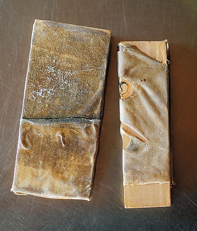 画像: かまぼこ板は捨てない。皮はぎの皮を貼り付けた自作のわさびおろし