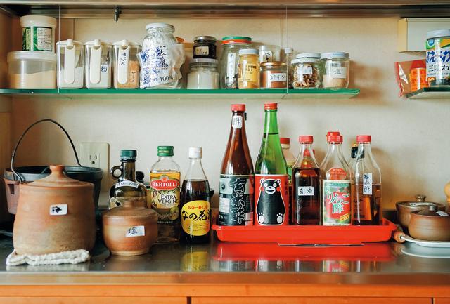 画像: 台所に並べられた数種類の酢、熊本などで生産される赤酒など。いずれも、伝統的な製法でつくられた、ほんとうの味がする