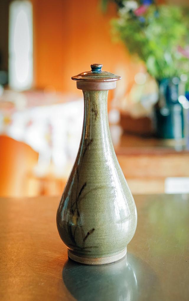 画像: 飲み水は、佐賀の窯元による陶器の壺に入れておく。まろやかな味になり、ぐっとおいしくなるという
