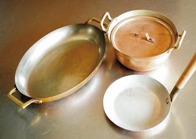 画像: 一番活躍する銅鍋。魚用の楕円の鍋や玉子をとじるのに使う親子鍋も。梅干しのしそや塩と酢を混ぜたもので磨くとピカピカに
