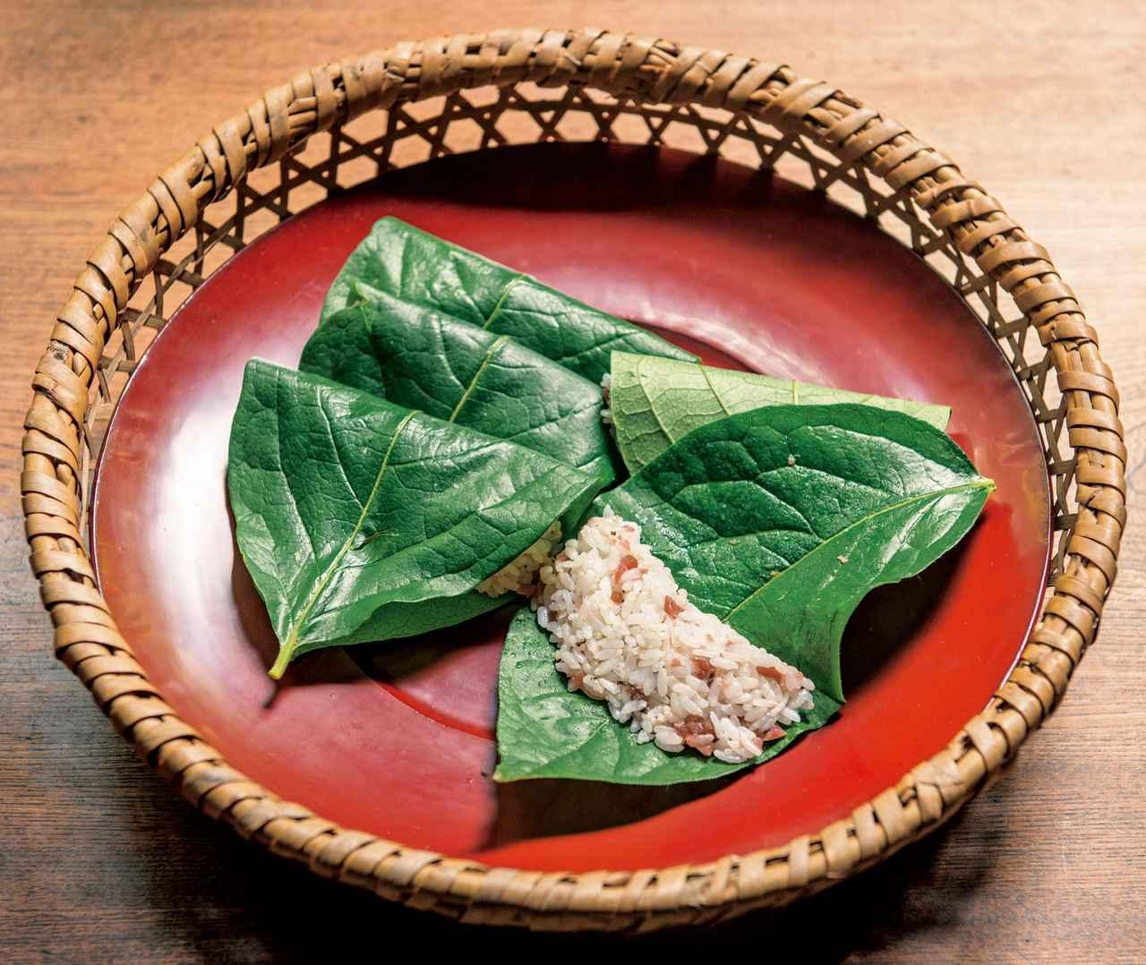 画像: 柿の葉に包んだ梅ごはんは、「この土地の定番混ぜごはん」。柿の葉の殺菌作用で、次の日もおいしいまま