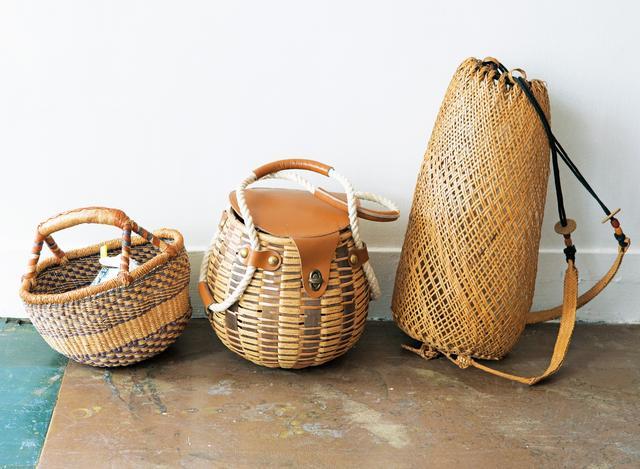 画像: 右から、香港で見つけた竹素材のかごリュックは長刀(なぎなた)の道着入れに、中のふた付きの北欧製かごと左のアフリカのかごは、それぞれアトリエ出勤時のお弁当入れに。いずれもフォルムが特徴的