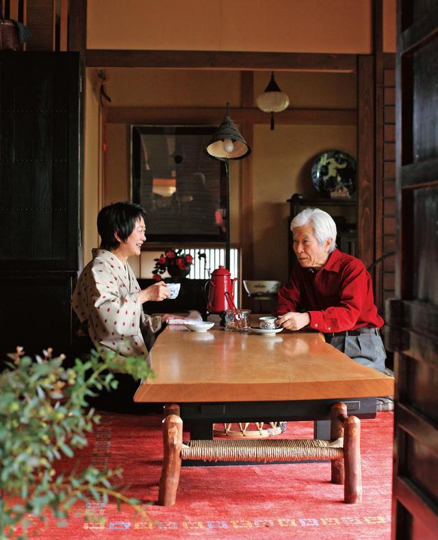画像: 10時のコーヒータイムは悟さんが豆を挽きタカ子さんが淹れる。「コーヒーを飲みながら悟さんは、私のたわいもない話をよく聞いてくれます。何気ないおしゃべりが気分転換になるんです」とタカ子さん