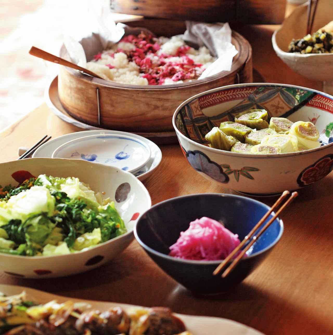 画像: 夕食は、桜のおこわ、キャベツの豚肉巻き、赤大根のさしす漬けなど、季節を感じる品々が並ぶ