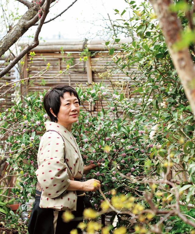 画像: 「信州に根付いた草花が一番育ちやすいです。梅がなれば梅干しに、勢いよく伸びる竹は串やようじにするなど、何でもすぐに調達ができる庭なんです」と横山さん。庭遊びは大事なリフレッシュの時間