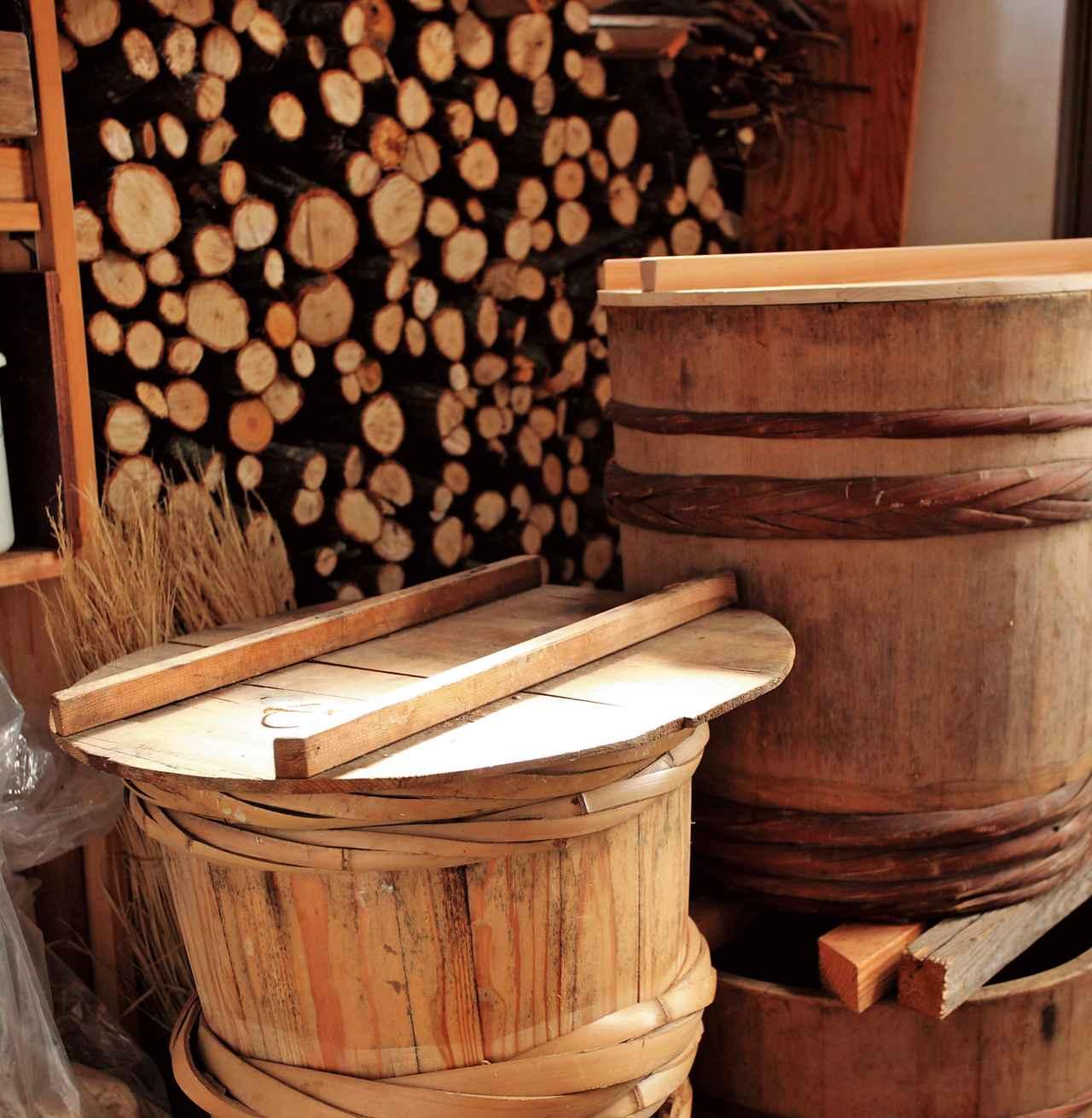 画像: 実家で用いていた漬物樽を使っている。「いまではほとんど売っていない木製の立派な樽なので大事に使いたい」