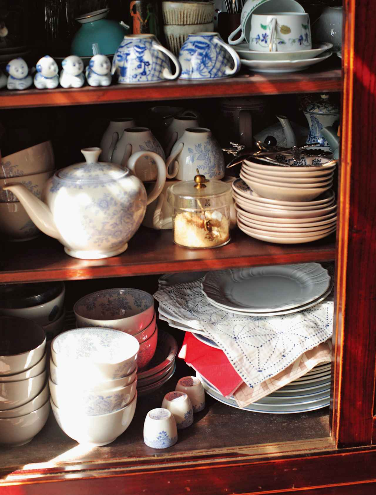 画像: 傷がついたりカビたりしないように、皿と皿の間には、はぎれを挟んでおく。暮らしの知恵が随所にちりばめられている