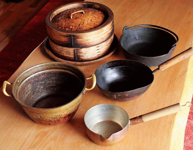 画像: 長年愛用の道具。素材は鉄、銅製のものが中心。フライパンや銅鍋、ミルクパン、せいろなどが使い込まれ、美しい佇まいに